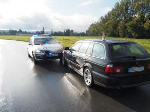Silně opilý řidič BMW kličkoval po silnici. Zastavit se mu podařilo až o nárazník policejního auta