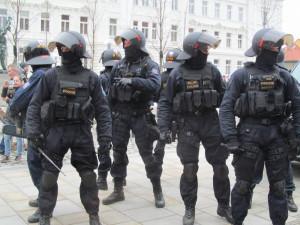 Policie kvůli nedělnímu protestu fanoušků svolává do Prahy stovky policistů z celé republiky