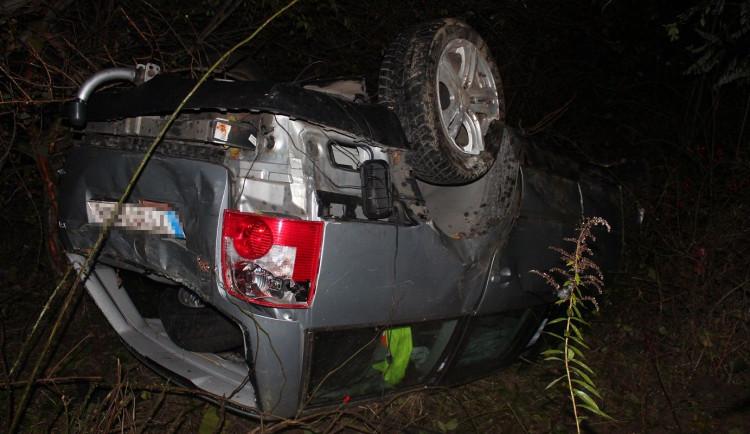 Opilý cizinec bez řidičského oprávnění převrátil auto na střechu, hrozí mu trest odnětí svobody