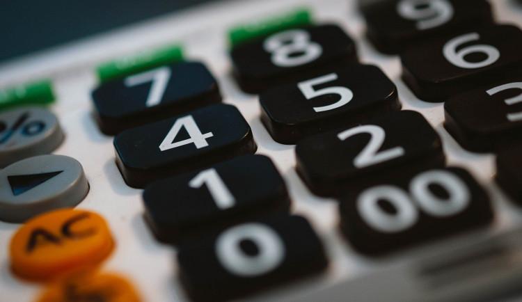 Vláda poslancům předložila návrh rozpočtu se schodkem 320 miliard