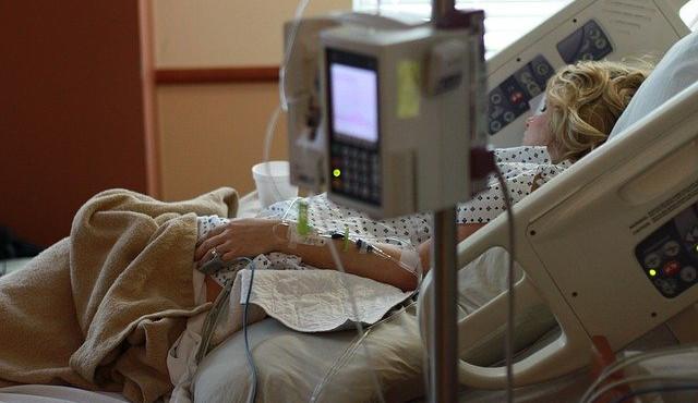 V kraji je kvůli covidu-19 hospitalizováno téměř 600 lidí, FN Olomouc musela omezit neakutní péči