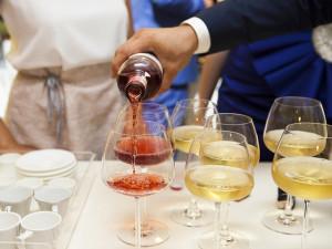 Lidé i přes mimořádná vládní opatření pořádají bujaré domácí večírky