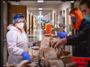 FOTO: Zdravotníkům na covidovém oddělení FN Olomouc dodaly energii DOBRO(TY) z Coffee Library