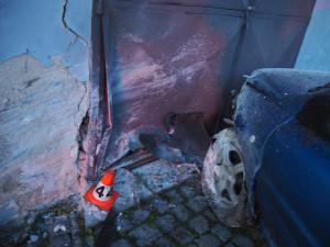 Řidič při projíždění prudké zatáčky vjel mimo komunikaci, narazil do stromů a do zdi