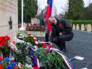 Česko si dnes připomnělo Den válečných veteránů, pietní akt v Olomouci proběhl na neředínském hřbitově