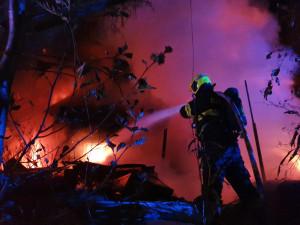 FOTO: Noční požár chaty si vyžádal škodu asi za dva miliony. Ztížily ho poházené věci