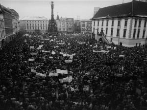 VIDEO A FOTO: Sametová revoluce v Olomouci aneb plné náměstí či krabice před KSČ