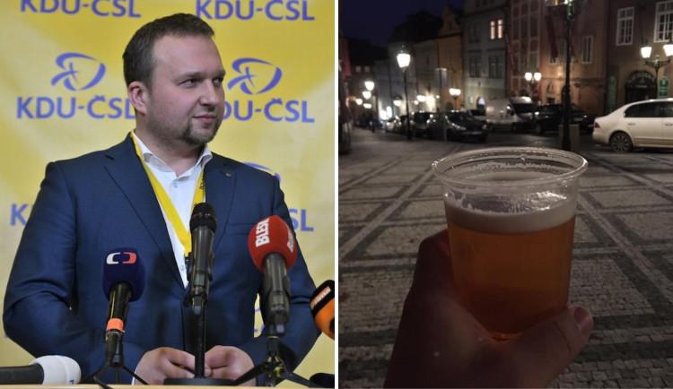 Poslanec Marian Jurečka pil pivo na veřejnosti a fotkou se pochlubil na sociálních sítích. Porušení opatření si neuvědomil
