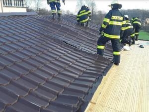 FOTO: Na budově dětského domova se utrhla střecha, na silnici spadl strom, hasiči mají od ráno napilno