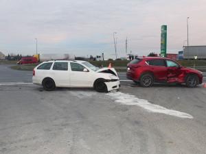 Nerespektoval stopku a srazil se s autem jedoucím od Olomouce. Jeho řidička se vážně zranila