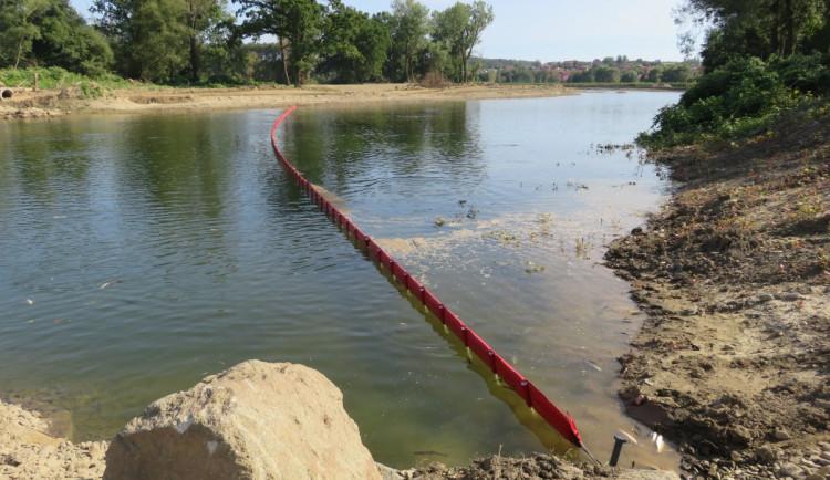 Do řeky Bečvy opět unikla neznámá látka. Na místě zasahují hasiči