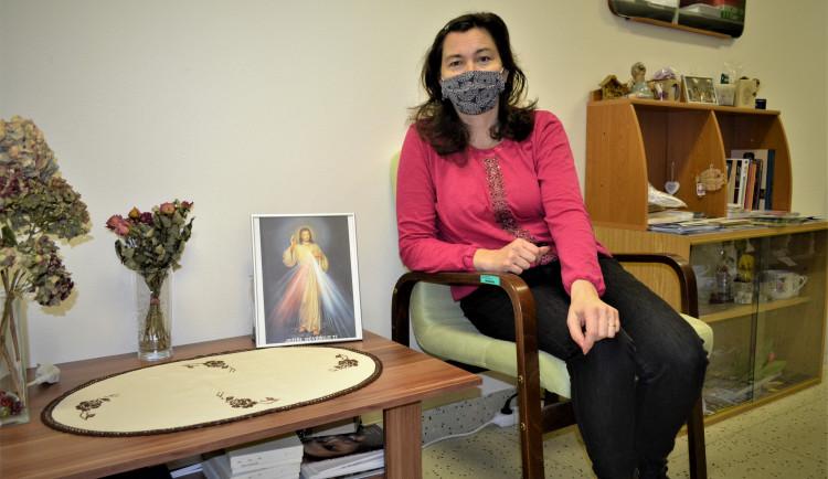 Kaplanka poskytuje duchovní služby pacientům s koronavirem v prostějovské nemocnici