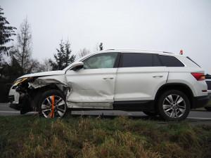 FOTO: Kvůli předjíždění došlo k nehodě čtyř vozidel, tři řidiči byli lehce zraněni