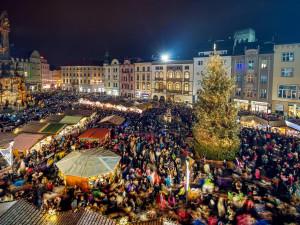 Některá města v kraji připravují přenosy z rozsvícení vánočních stromů. Olomouc video neplánuje