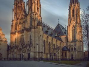Olomoucký Dóm se dnes rozsvítí rudou barvou, představuje prolitou krev trpících pro víru