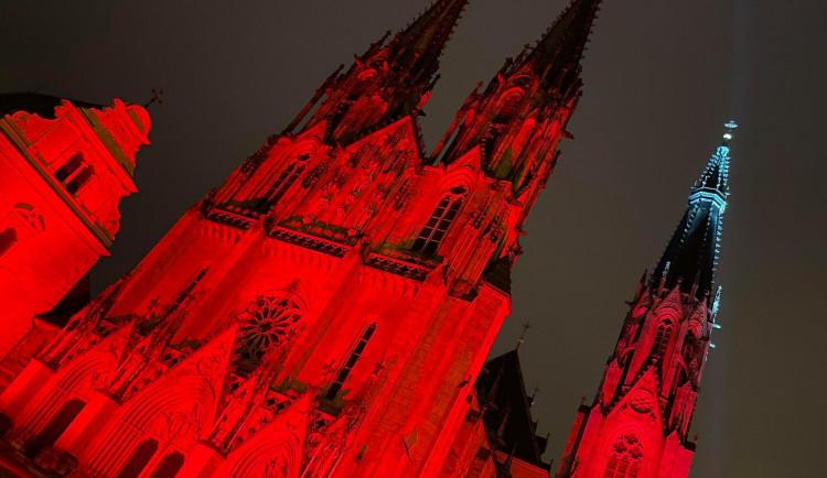 FOTO: Olomoucká Katedrála svatého Václava se ve středu rozsvítila rudou barvou