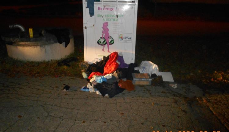 Muž si chtěl z kontejneru na textil odnést bundu a další svršky, zastavila ho policie