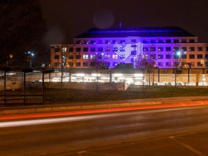 FOTO: Budovu FN Olomouc rozzářilo Světlo lékařům, symbolizovalo láskyplnou energii a vděk za jejich práci