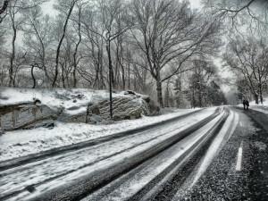 V Jeseníkách sněžilo, ve vyšších polohách je na silnicích sníh