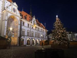 FOTO/VIDEO: Na olomouckém Horním náměstí se rozsvítil vánoční stromeček. Dostal jméno Naděje