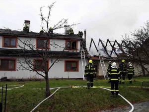 FOTO: Na Přerovsku hořel rodinný dům, škoda je dva miliony