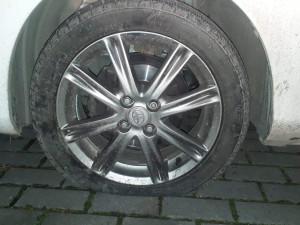 U vysokoškolských kolejí v Neředíně pachatel propíchal zaparkovanému autu všechny čtyři pneumatiky