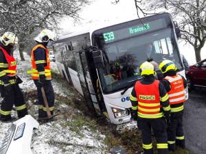 FOTO: Hasiči zasahovali u dvou nehod linkových autobusů, zraněn byl řidič i cestující