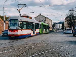 Dopravní podnik v Olomouci před Vánocemi posílí víkendový provoz tramvají a autobusů