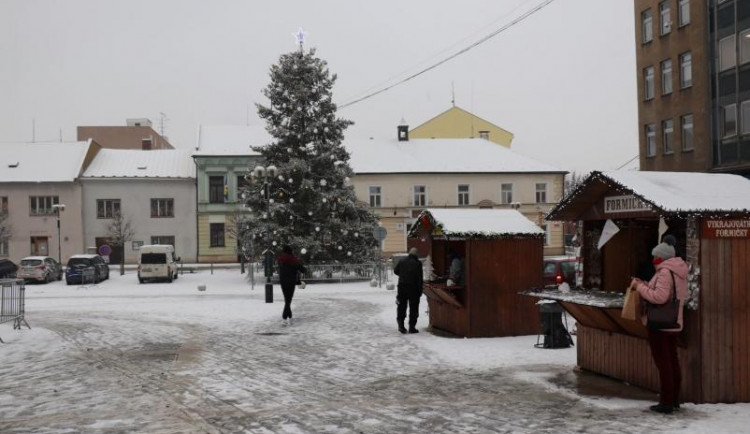 V Přerově začaly vánoční trhy, prodávají se punče, cukroví i formičky, koncerty se neuskuteční