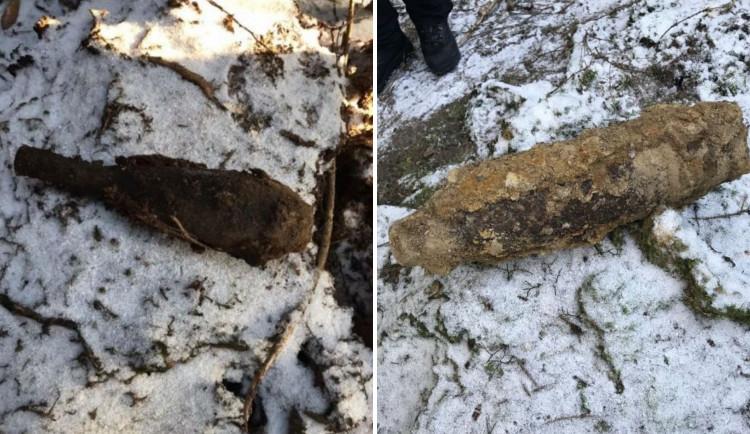 Muž v lese nalezl leteckou pumu a dělostřeleckou minu