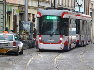 Na opravenou trať v centru Olomouce se v sobotu vrátily tramvaje