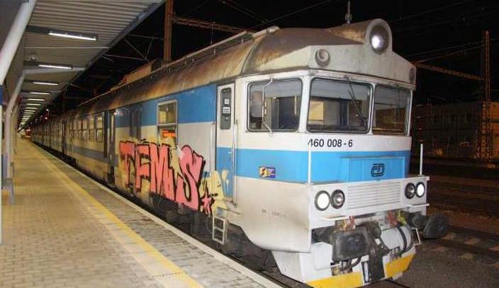Vandal posprejoval lokomotivu na zastávce v Nezamyslicích