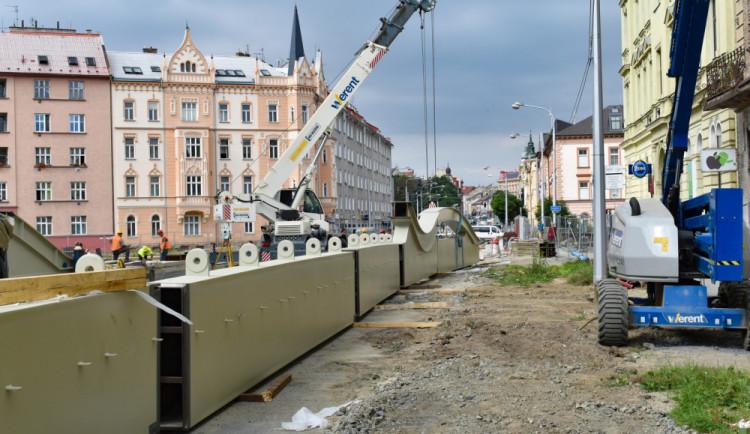 Stavaři nad řeku Moravu na Masarykově třídě v Olomouci nasunou most vážící 300 tun