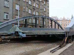 Stavaři posunuli konstrukci nového mostu v Olomouci o první metry