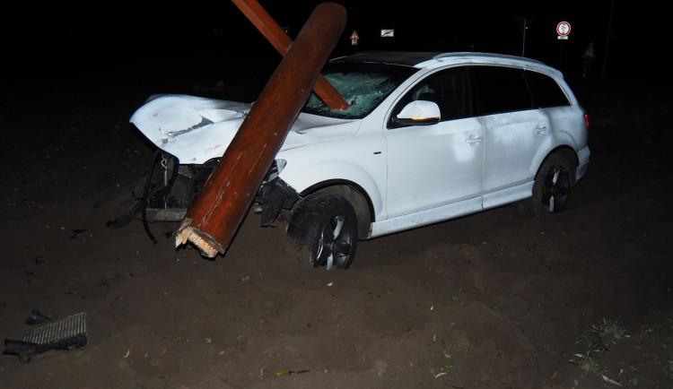 Řidič Audi nezvládl zatáčku a vrazil do dřevěného přístřešku u cyklostezky