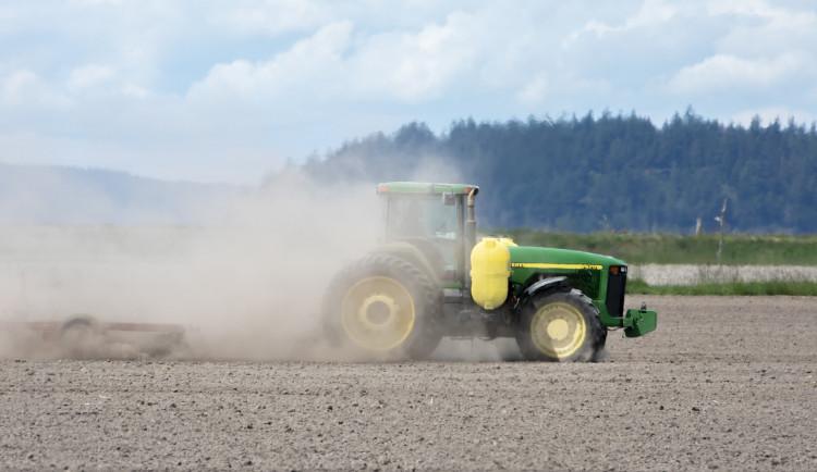 Pražská firma znečistila pole na Hané tisíci tunami kalů. Náprava bude stát čtvrt miliardy