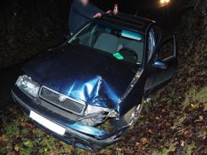 Opilý řidič narazil do stromu, po chvíli od něj vycouval a naboural znovu