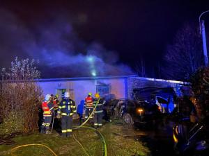 V Dolanech v noci na neděli došlo k autonehodě a následnému požáru domu, dva zranění