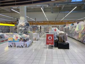 FOTO: Pásky a igelity kolem elektroniky, hraček nebo oblečení v supermarketech. Pastelky si teď nekoupíte, pušku ano
