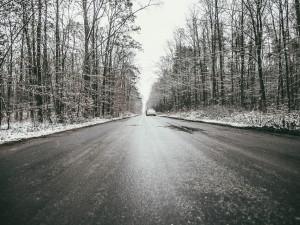 Na Jesenicku pokrývá silnice náledí, opatrnost je tam nutná