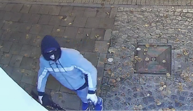 Policie se obrací na veřejnost při identifikaci zloděje