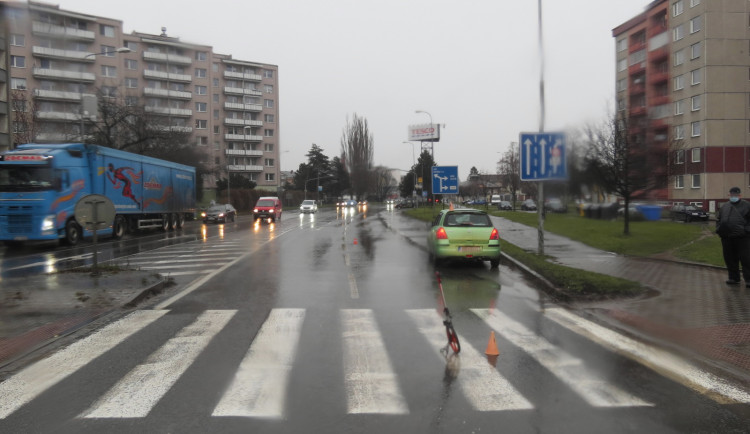 Řidič Suzuki srazil cyklistku přejíždějící přes přechod pro chodce