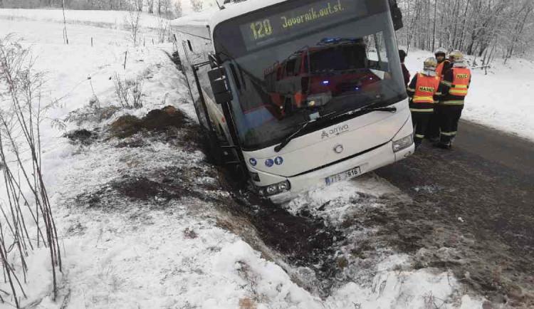 Cestujícím z havarovaného autobusu museli ven pomáhat hasiči