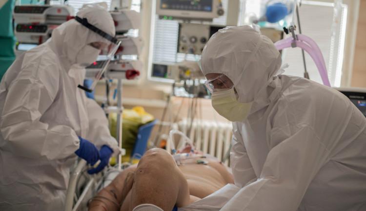 Nakažených přibývá. V šumperské nemocnici je situace vážná, pomůže i armáda