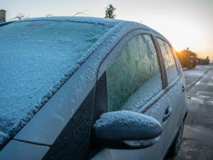 Pozor na námrazu, sníh a led na autech. Koledujete si o pokutu