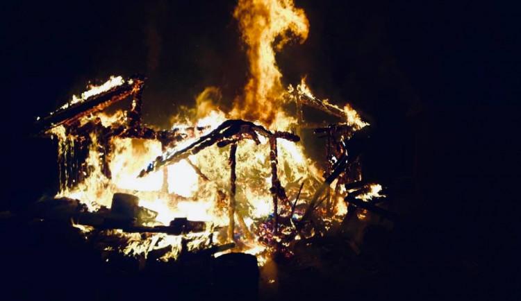 FOTO: Hasiči zasahovali v noci u většího požáru dřevostavby. Škoda? Přes 400 tisíc