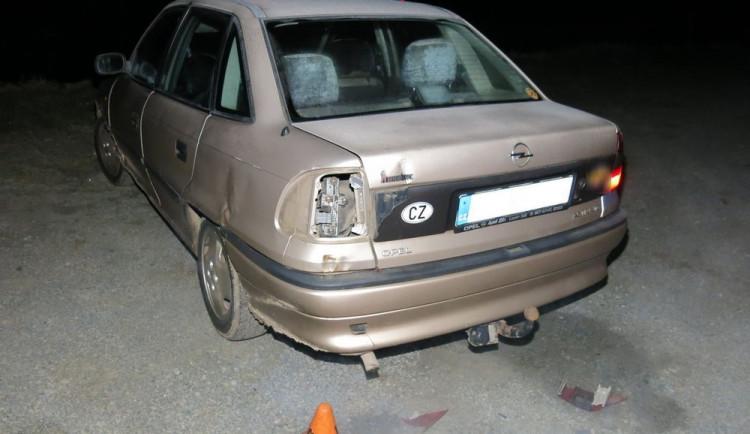 FOTO: Nehoda při couvání na parkovišti. Způsobil jí spolujezdec