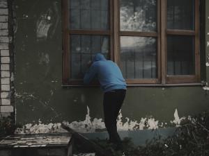 Zloděj v rodinném domě ukradl, co mu přišlo pod ruku. Bral háčkované dečky i pornočasopis