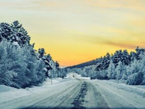 Silnice v kraji jsou sjízdné, ale se zvýšenou opatrností. Místy pozor na sněhové jazyky