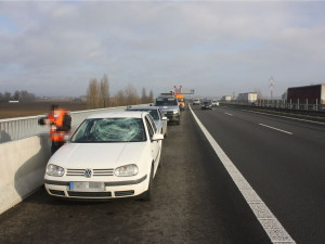 Led z návěsu poškodil na dálnici u Olomouce osobní automobil. Policie žádá svědky o pomoc